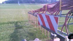 Über das Schlauchsystem landet die Jauche genau dort, wo sie benötigt wird. Hier im Weizenacker.