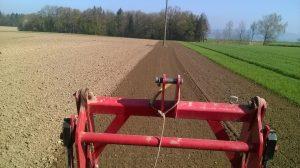 Mit einer Motorfräse wird der Boden vor dem Brockoli-Anbau noch einmal so richtig in Schwung gebracht.